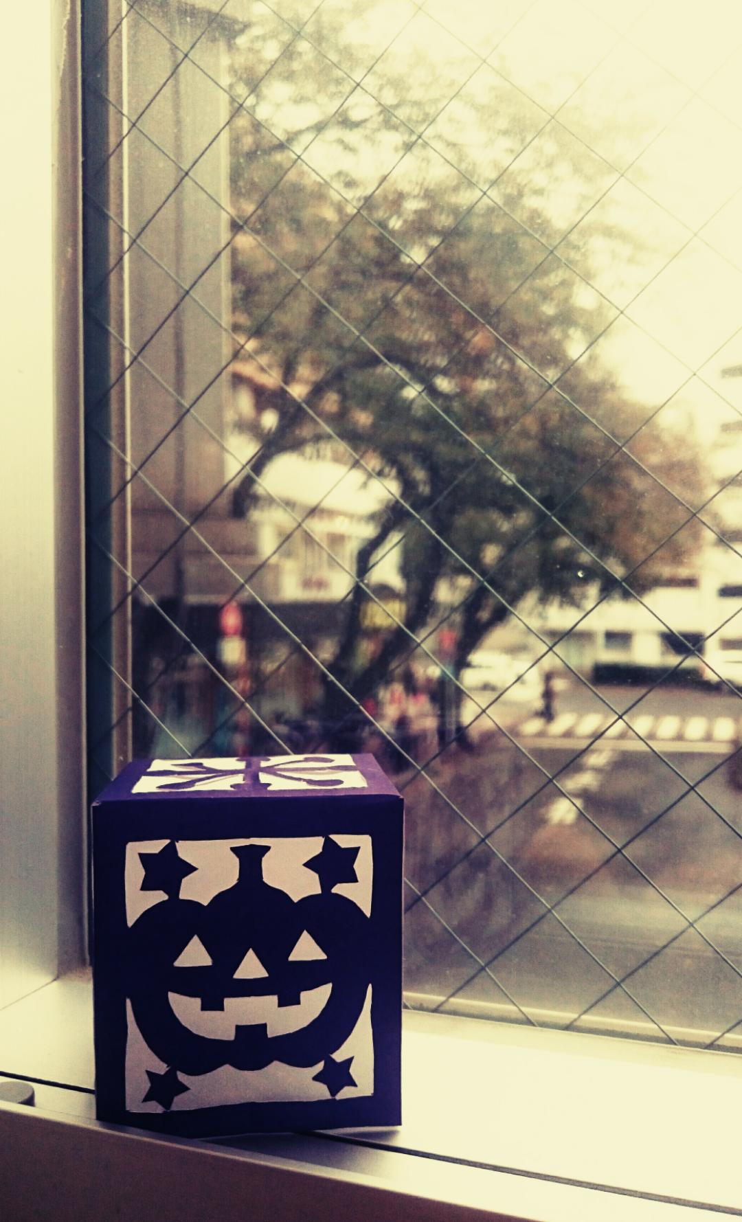 ランタンと窓